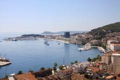 Kluven cityscape med Adriatiskt havet Royaltyfri Fotografi