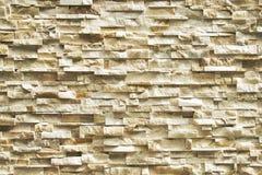 Kluven framsidasten för elfenben i slumpmässig modellvägg som bakgrund arkivfoto