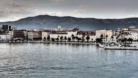 Kluven kroatisk stad på Adriatiskt havet Arkivfoto