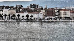 Kluven kroatisk stad på Adriatiskt havet Arkivbild