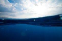 Kluven undervattens- och himmelbakgrund Royaltyfria Foton