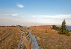 Kluvet stångstaket på soluppgång i området för Pryor bergvildhäst på Montana Wyoming den statliga linjen Arkivfoto