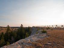 Kluvet stångstaket på soluppgång ovanför den borttappade vattenkanjonen i området för Pryor bergvildhäst på Wyoming den statliga  Royaltyfri Fotografi