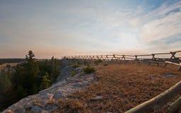 Kluvet stångstaket på soluppgång ovanför den borttappade vattenkanjonen i området för Pryor bergvildhäst på Wyoming USA Arkivfoton