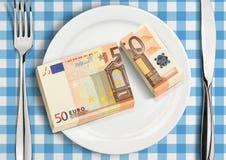 Kluvna pengar på plattan, finansaktiebegrepp arkivbild