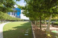 Klyde Warren Park uns 5 parque 2-acre público em Dallas do centro, Tex imagens de stock
