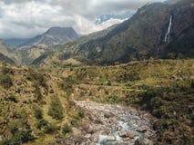 Klyfta av den Kali Gandaki floden med höga klippor och dalen med en skog royaltyfria bilder