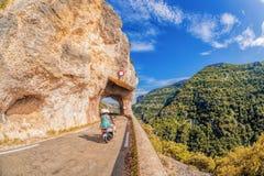 Klyfta de la Nesque, vägtunnel med sparkcykeln i den Luberon nationalparken, Provence, Frankrike Fotografering för Bildbyråer