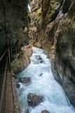 Klyfta eller ravin - djup dal med raka sidor Partnachklamm i Garmisch-Partenkirchen, Tyskland royaltyfri bild