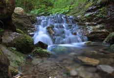 Klyfta med vattenfallet i Lesser Fatra Royaltyfri Foto