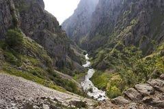 Klyftan av floden att bry sig i Asturias Arkivbild