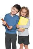 Klyftig pojke och flicka med böcker Royaltyfri Fotografi