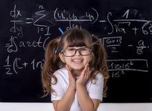 Klyftig unge i skola tillbaka skola till smart unge royaltyfri bild
