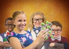 Klyftiga ungar för vetenskap framme av lantlig bakgrund Royaltyfri Foto