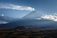 Klyuchevskaya Sopka (den Kliuchevskoi vulkan) på Kamchatka - highes Arkivbild
