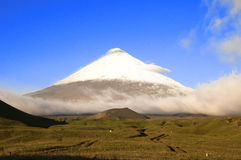 Klyuchevskaya Sopka vulkan i ottan Arkivbilder