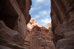 1 2km长的道路(Siq)向Petra城市,约旦 库存照片