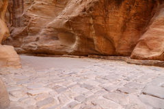 1 2km长的道路(Siq)向Petra城市,约旦 免版税库存照片