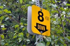 8 KM вниз подписывают Стоковая Фотография