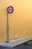 20 km eller mil per timmehastighetsbegränsningtecken Arkivfoto