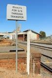 15 km/h preto e branco através do sinal de transferência na estação de trem Fotografia de Stock Royalty Free