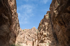 1 2km lange weg (zoals-Siq) aan de stad van Petra, Jordanië Stock Afbeelding