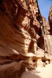 1 2km lange weg (zoals-Siq) aan de stad van Petra, Jordanië Royalty-vrije Stock Foto