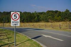 5 km per timmehastighetsbegränsning royaltyfri foto