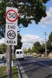 50 km per timmetecken och slut av tecknet för 40 område royaltyfria foton