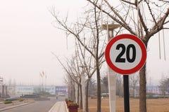 Km/tim för trafiktecken 20 på gatan Royaltyfria Bilder