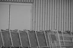 Kmart-Warenkörbe ausgerichtet in einer Warenkorbhürde lizenzfreies stockbild