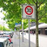 30 kmh Geschwindigkeits-Zone Stockfotos