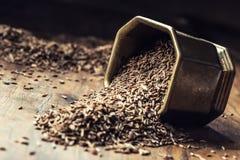 kmin Kminkowi ziarna na drewnianym stole Kmin w rocznika brązu łyżce i pucharze obrazy stock
