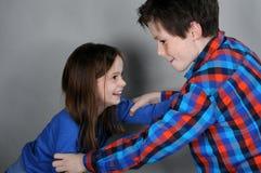 Kämpfende Geschwister Stockbilder