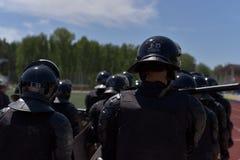 Kämpfer der speziellen Polizeieinheiten bewaffneten mit Spezialeinrichtungen Lizenzfreie Stockfotos