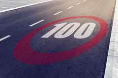 kmph 100 eller mph som kör hastighetsbegränsning, undertecknar på huvudvägen Arkivfoto