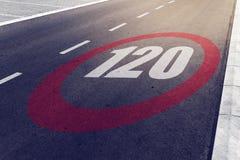 kmph 120 eller mph som kör hastighetsbegränsning, undertecknar på huvudvägen Arkivfoton