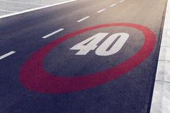kmph 40 eller mph som kör hastighetsbegränsning, undertecknar på huvudvägen Royaltyfria Bilder