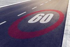 kmph 60 eller mph som kör hastighetsbegränsning, undertecknar på huvudvägen Fotografering för Bildbyråer