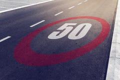 kmph 50 oder MPH-Fahrgeschwindigkeitshöchstgeschwindigkeitszeichen auf Landstraße Lizenzfreie Stockfotografie