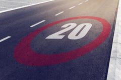 kmph 20 oder MPH-Fahrgeschwindigkeitshöchstgeschwindigkeitszeichen auf Landstraße Stockbilder
