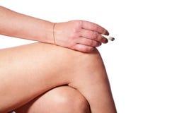 knä för cigarettkvinnlighand royaltyfria bilder