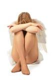 knä s för flickan för ängeldräktframsidan sitter Arkivfoton