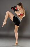 Knä som slås från ung kvinna för kickbox Royaltyfri Bild