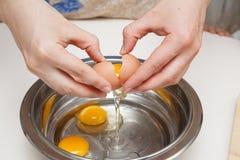 knäcka ägg för bunke Fotografering för Bildbyråer
