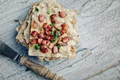 Knäckebröd med baconbitar arkivbild