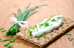 Knäckebrood en bieslook Stock Fotografie