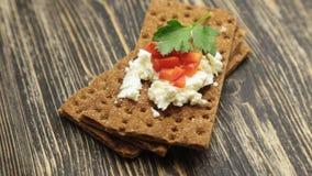 Knäckebrood met zachte kwark en Spaanse peper stock footage