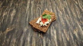 Knäckebrood met zachte kwark en Spaanse peper stock video