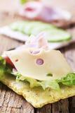 Knäckebrot mit Käse und Schinken Lizenzfreie Stockfotos